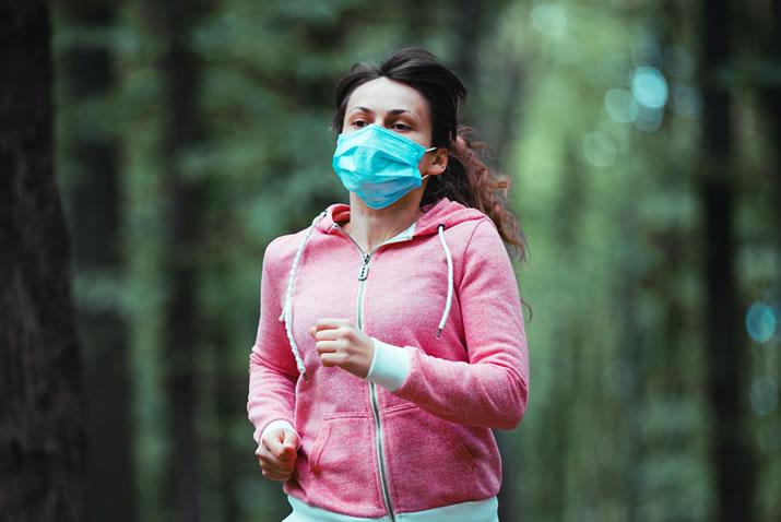 Uso de máscara é essencial durante exercícios ao ar livre.